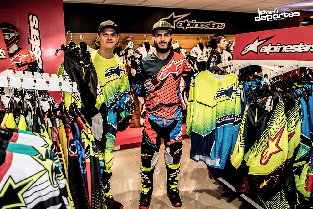 En la tienda Socpur Motorsports SCP: los enduristas Cesar Pardo e Ian Salazar mostrando la nueva gama de ropa enduro de Alpinestars