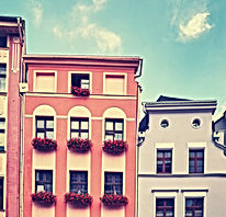 facades-of-old-tenement-houses-P74ZLW9.j