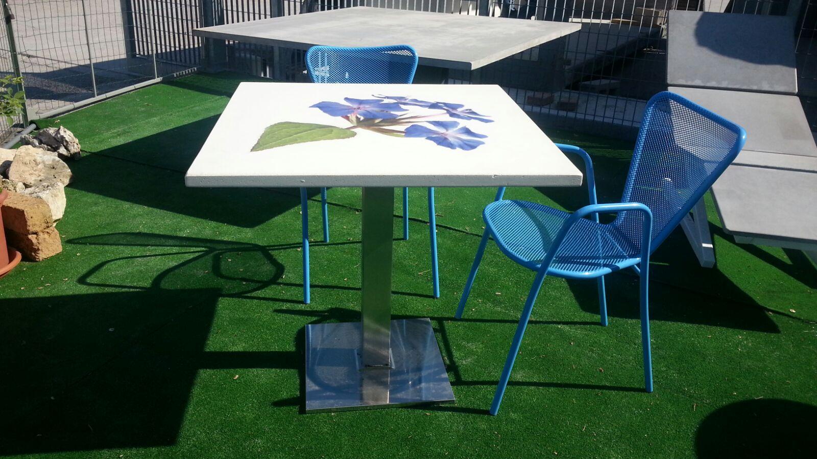 Tavolo con fiore e sedie