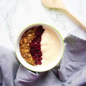 Yoghurt bowl met granola en kersen