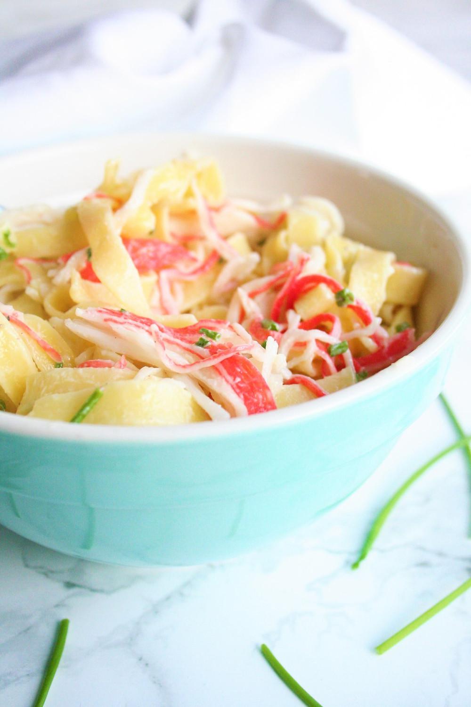 Frisse pastasalade met crème fraîche en surimi