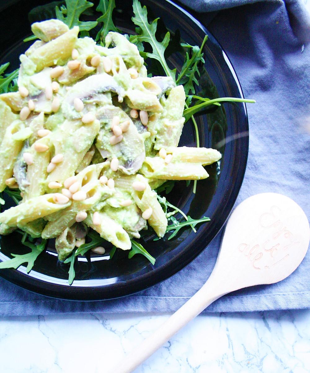 Een heerlijke pasta met een avocadopesto met champignons, pijnboompitten en rucola