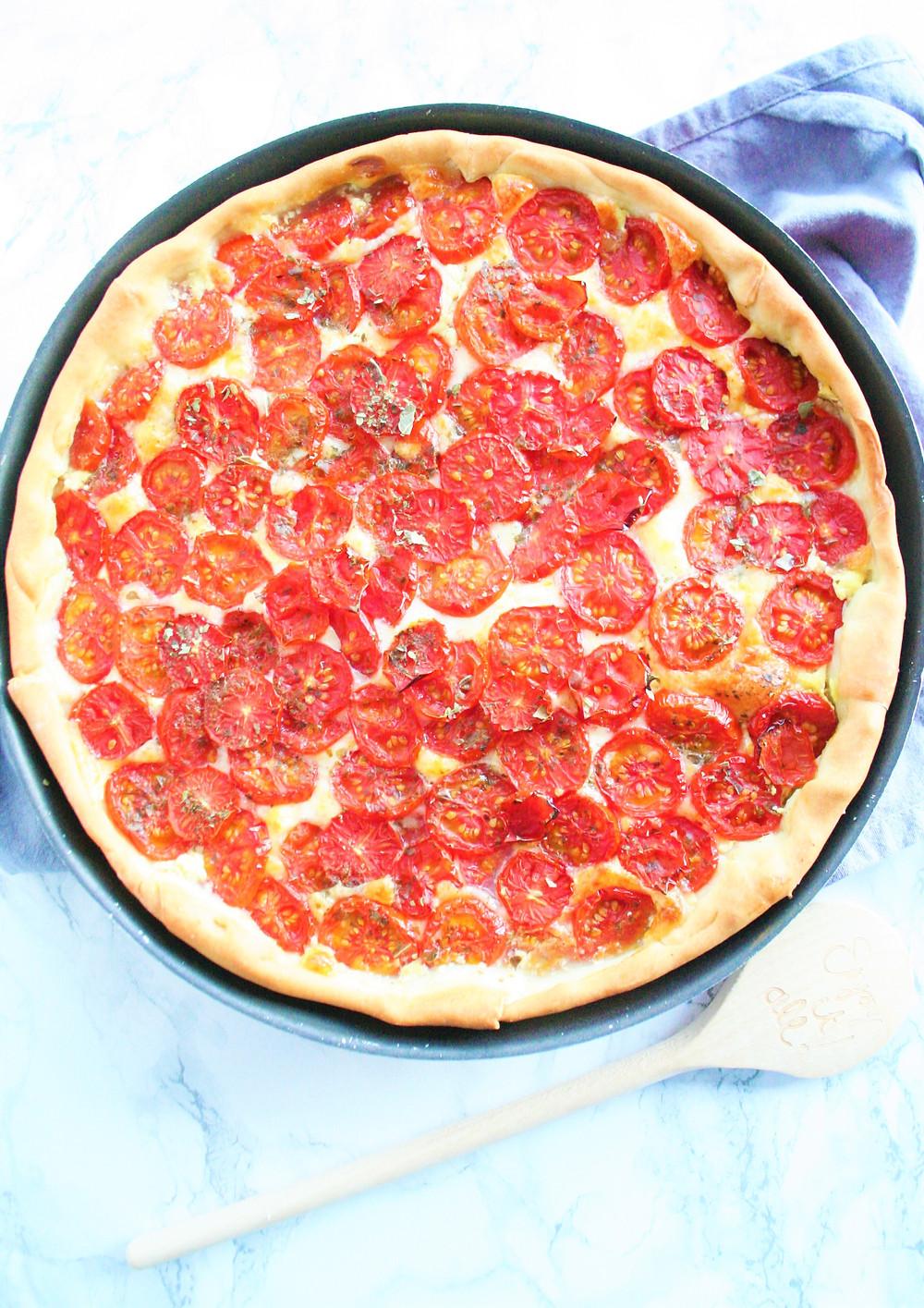 Quiche gevuld met tomaten, mozzarella en mosterd