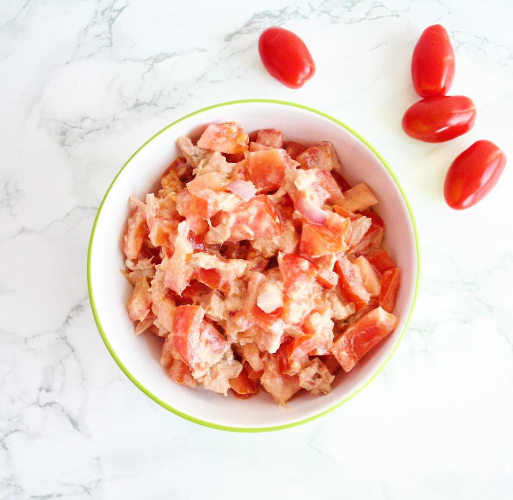 Frisse salade met tomaten en tonijn