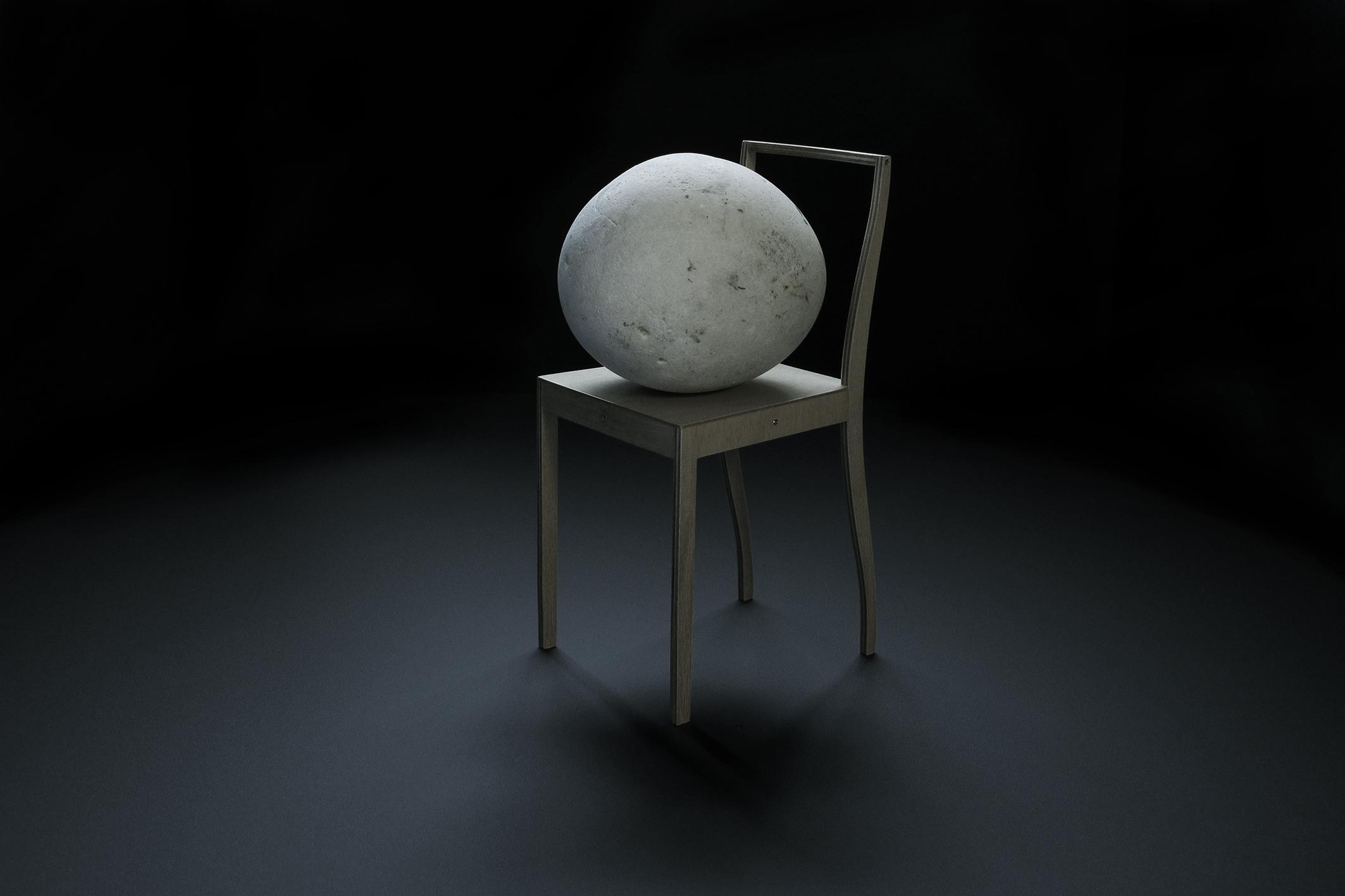la chaise et la pierre