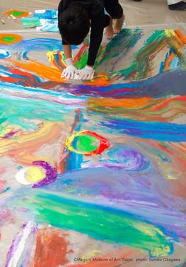 とびこもう!深い海のカラフルな色の世界