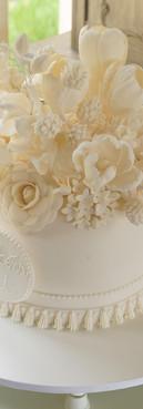 Bolo de Aniversário Branco com flores de Simone Amaral