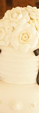Topo de bolo Chanel cake com camélias de Simone Amaral