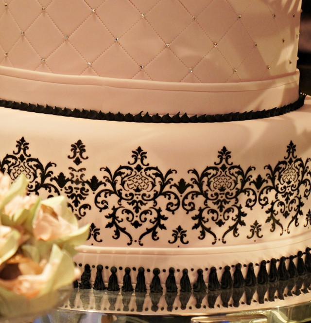 Detalhe do bolo de 15 anos pintado à mão de simone amaral no Clube Monte Libano