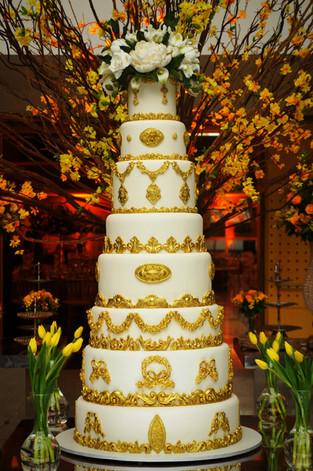 Bolo de Casamento Simone Amaral bolo dourado com topo de flores 8 andares