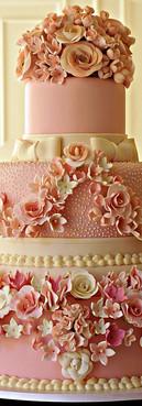 Bolo de noivado com miniflores rosas de Simone Amaral