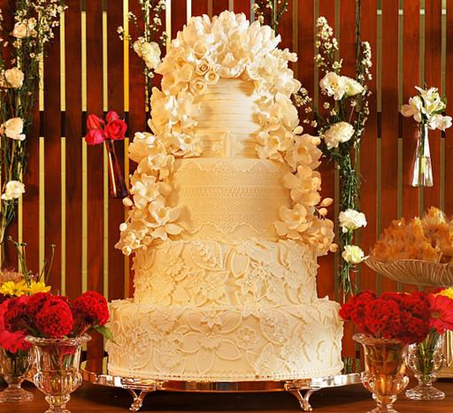 Bolo de Casamento Simone Amaral cascata e flores
