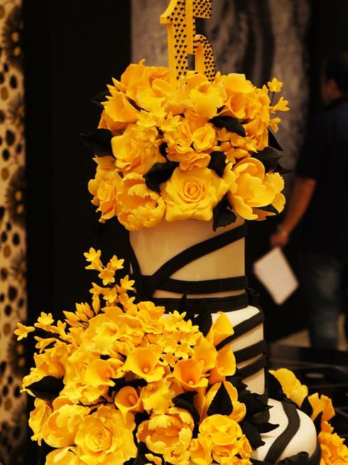 topo de Bolo de 15 anos Amarelo e preto no Buffet França de Simone Amaral