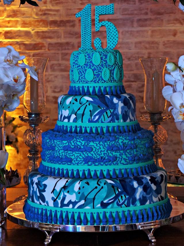 Bolo de 15 anos azul pintado à mão na Casa Bisutti de Simone Amaral