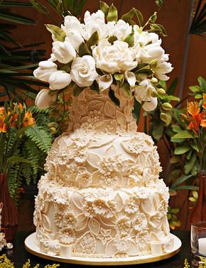 Bolo de Casamento Simone Amaral brocado com topo de flores e
