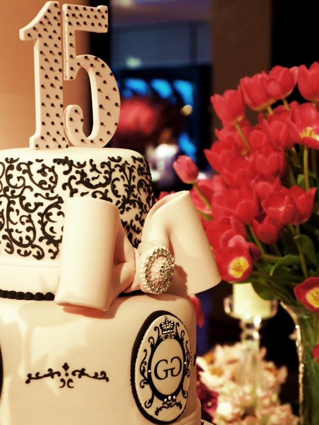 Topo de bolo de 15 anos de Simone Amaral no Clube Monte Líbano rosa com preto pintado à mão
