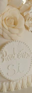 Bolo de aniversário provençal branco com flores de Simone Amaral