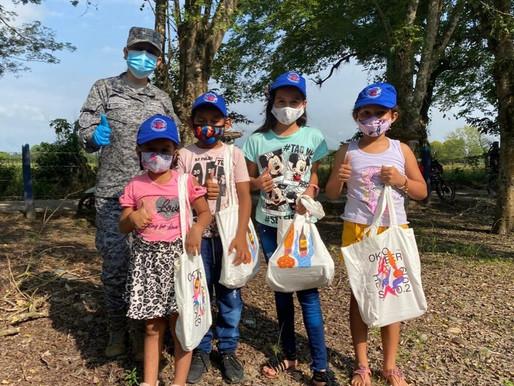 """Kits escolares fueron entregados a estudiantes de la vereda """"El Japón"""" por su Fuerza Aérea Colombian"""