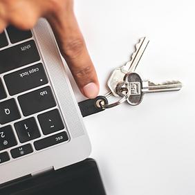 Plugged-Black-5C-Keychain-Touching-Mac-W