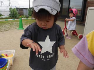 ダンゴムシ見つけたよ〜! オレンジ組1歳児