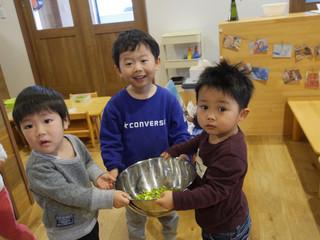 枝豆の皮剥き😊✨ オレンジ組2歳児