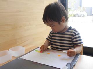 なぐり描きとシール貼りをしました☺️✨  オリーブ組