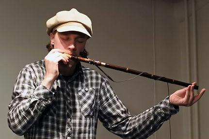 Willow flute player | Pitkähuilun soittaja | Sälgflöjt spelare