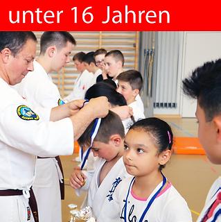 Kinder Karate, macht Spass, hilft für eine positive Entwicklung und die Kinder können Erfolge mit Medaillen und Pokalen feiern.