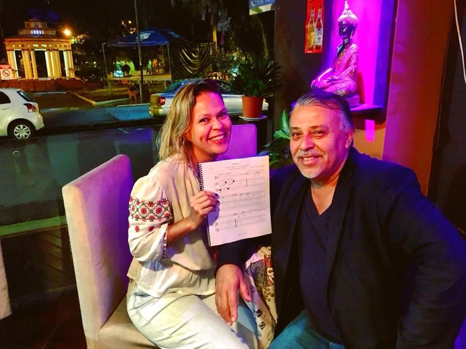 """El compositor Marvin Camacho entrega a Susan Campos sus """"Sorbones"""" (Turrialba, 2018)."""