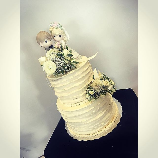 Such a simple but classic wedding cake.j