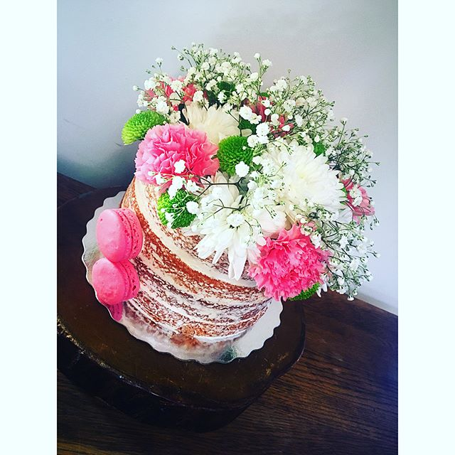 Fresh summer flowers and naked cakes 🌸