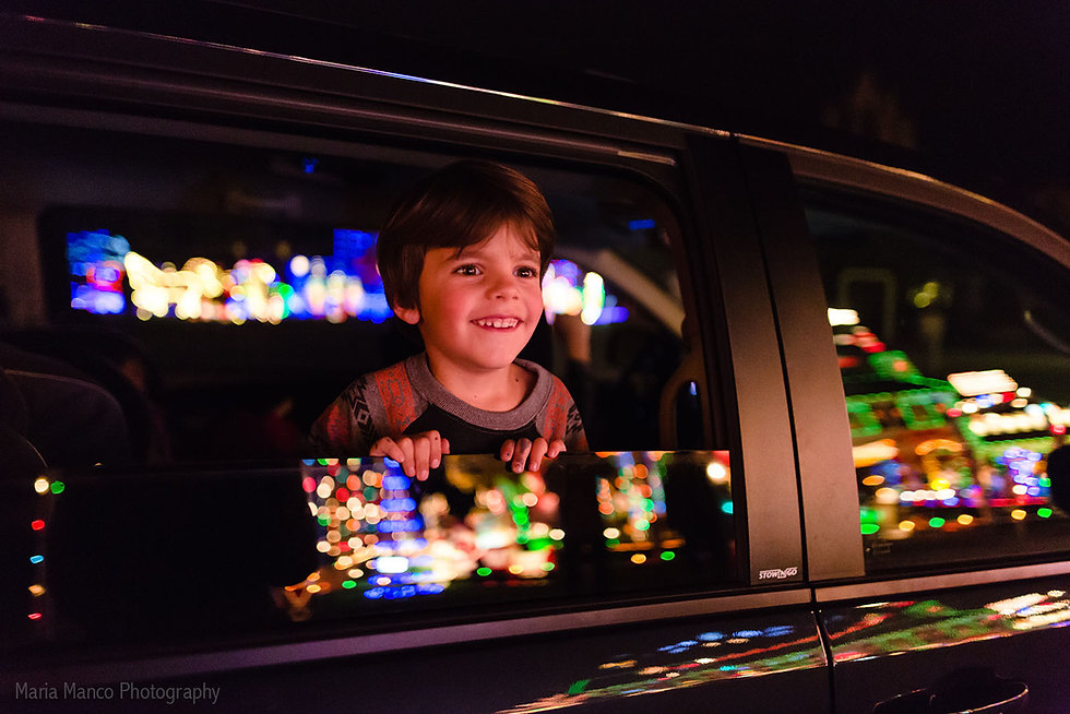 pic-of-kid-looking-at-Christmas-lights-o