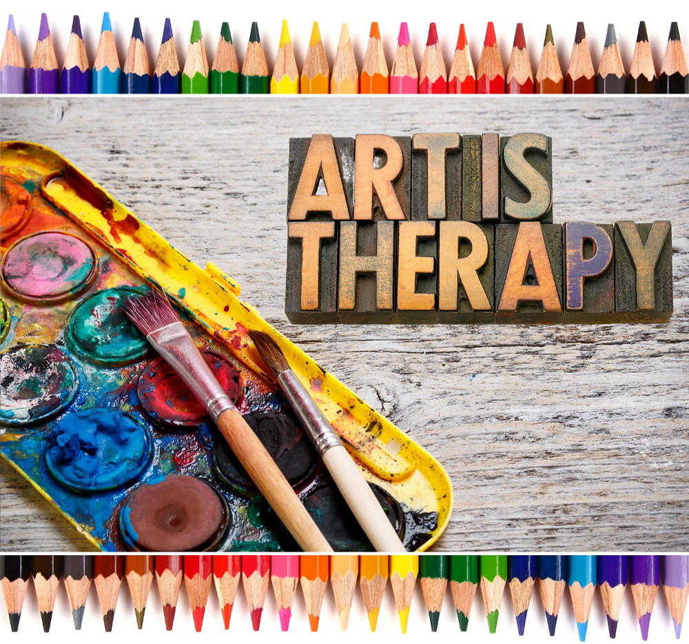 Art is therapy - Malkasten, Pinsel liegen bereit.