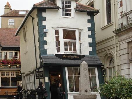 Você conhece as casas tortas de um vilarejo da Inglaterra?