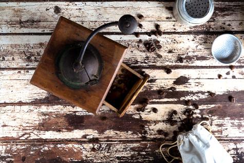 Un vecchio macinino da caffè