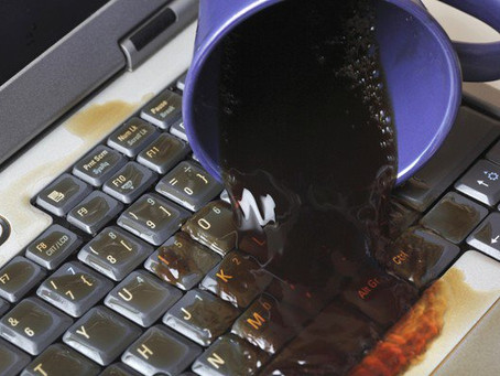 ¿Le cayó agua o café a tu laptop? sigue estos consejos para revivirla...