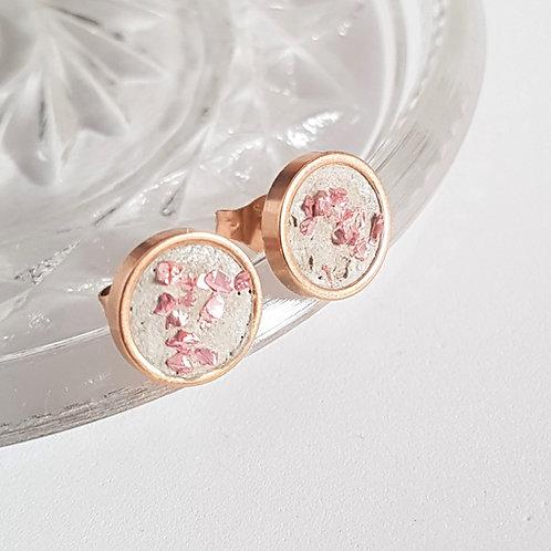 Ohrstecker Edelstahl rosegold – Beton mit rosefarbenen Glassplittern 10mm