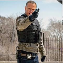 En esta ocasión, el actor mantiene el arma apuntando con una sola mano, y es perfecto para su personaje, ya que es bastante descuidado en técnica pero muy potente en reacción.