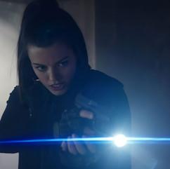 Es común que los personajes interactuaen con complementos y atrezzo específico, por ejemplo el conjunto de linerna con arma de fuego, cuyo acting requiere de técnicas apropiadas.