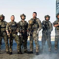En las producciones militares, los actores deben estar familiarizados con el equipo (atrezzo y vestuario) pero sobretodo mostrar un dominio con armas de fuego óptimo.