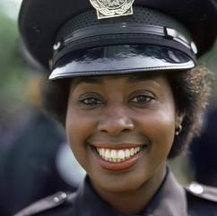"""En este ejemplo, tenemos una policía más comunicativa que difiere mucho de la imagen de acción, de hecho corresponde a la comedia """"Loca academia de policía"""", de nuevo el perfil adeuado al policia a representar."""