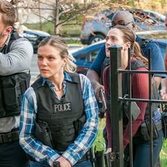 El conocimeinto de las técnicas policiales básicas, es indispensable y se puede comprobar en todas las grandes producciones de Hollywood. El actor transmite que sabe lo que hace.