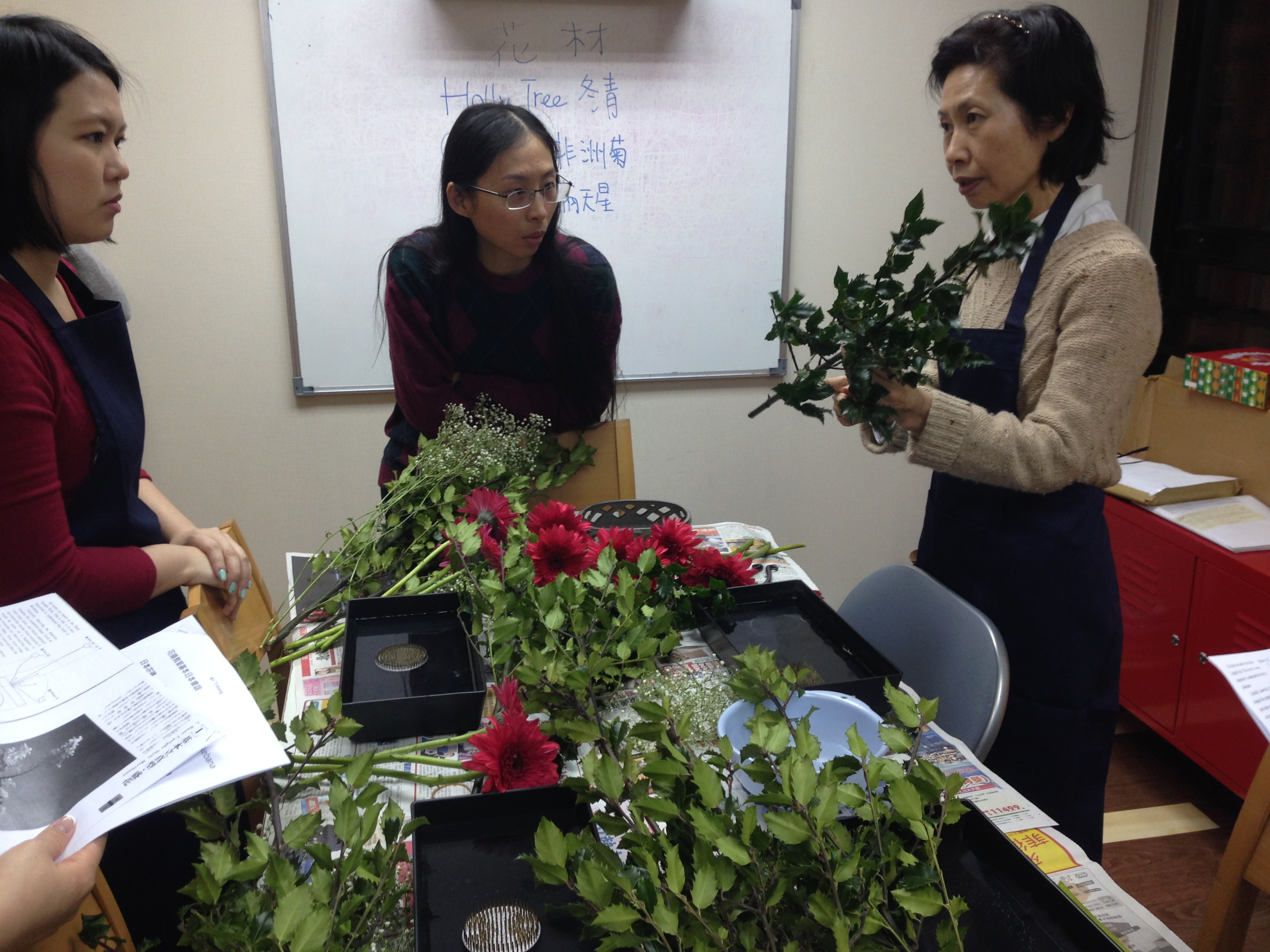 Ms Ando explaining Ikebana skills
