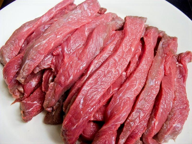 сырое мясо, нарезка на бефстроганов, как резать мясо кошкам