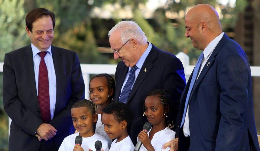 ילדי אליפלט בעת קבלת אות הנשיא למתנדב