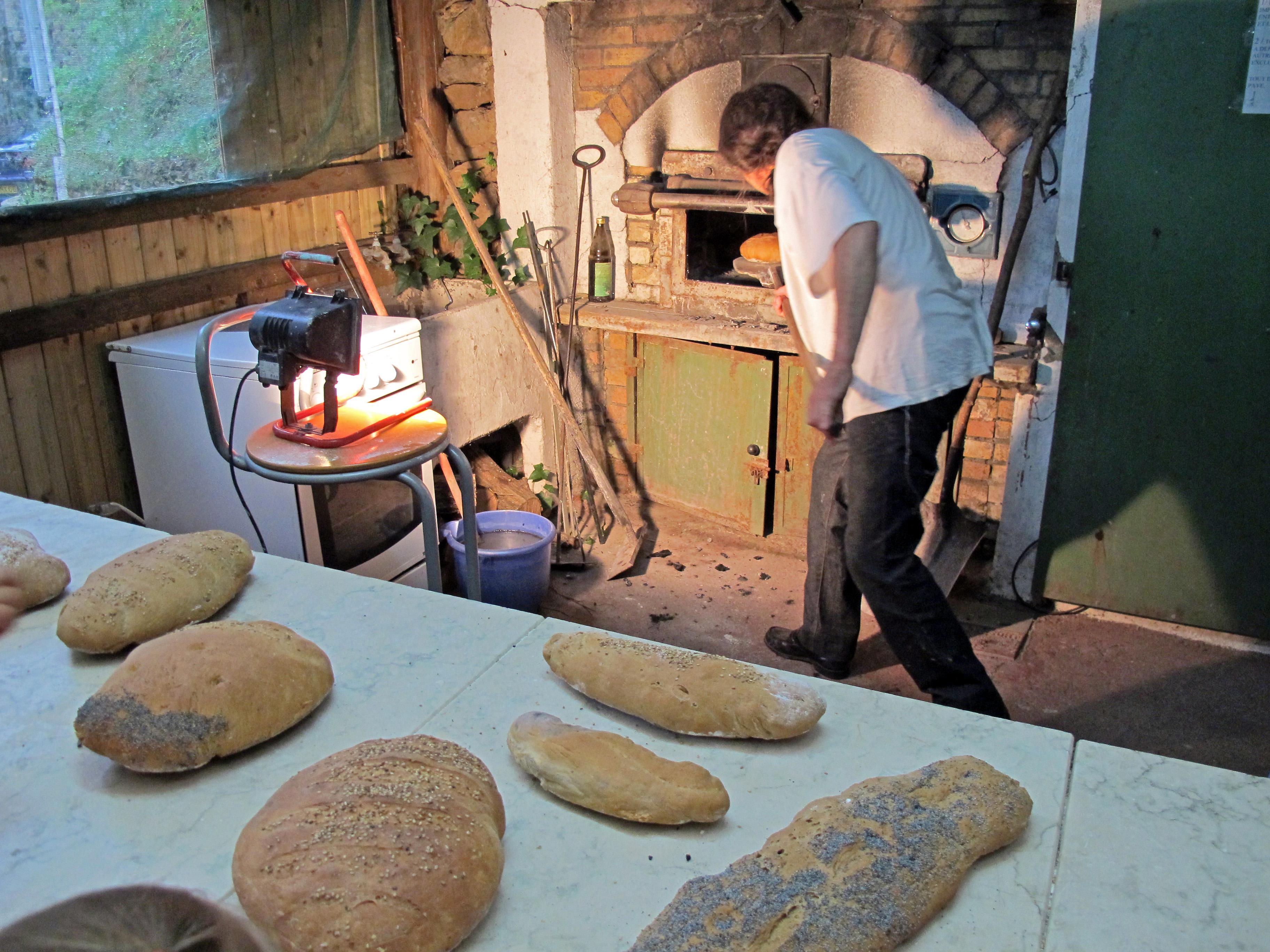 Les pains sortent du four à bois
