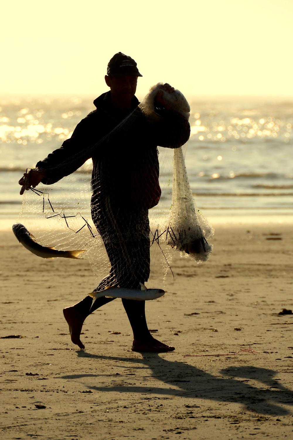 Pescador artesanal durante a temporada da tainha em Tramandaí, RS, Brasil