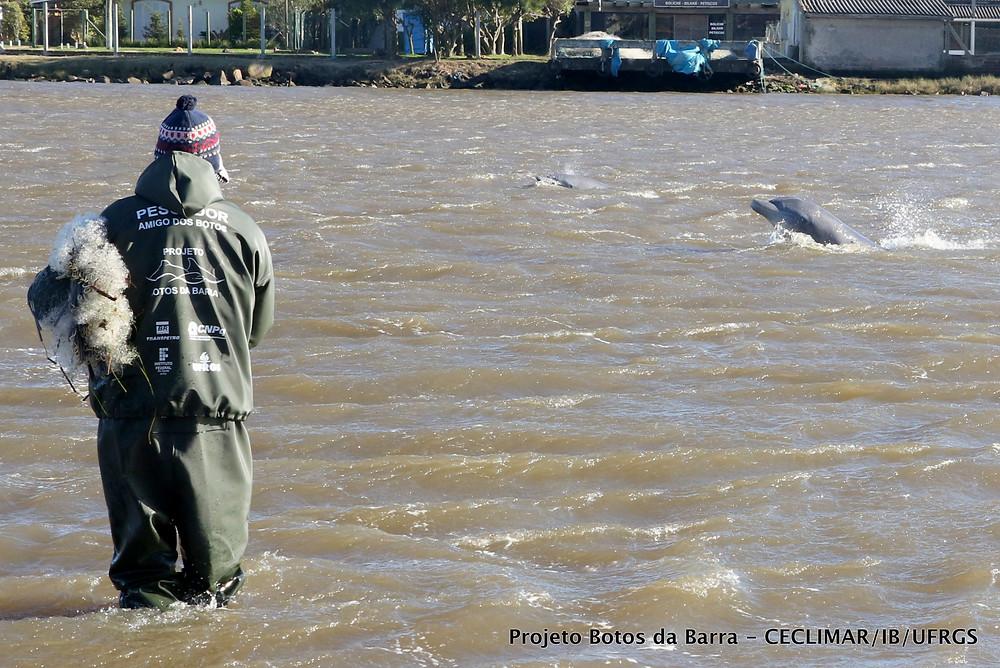 Pescador amigo dos botos, parceiro no Projeto Botos da Barra realizado pelo CECLIMAR/IB/UFRGS