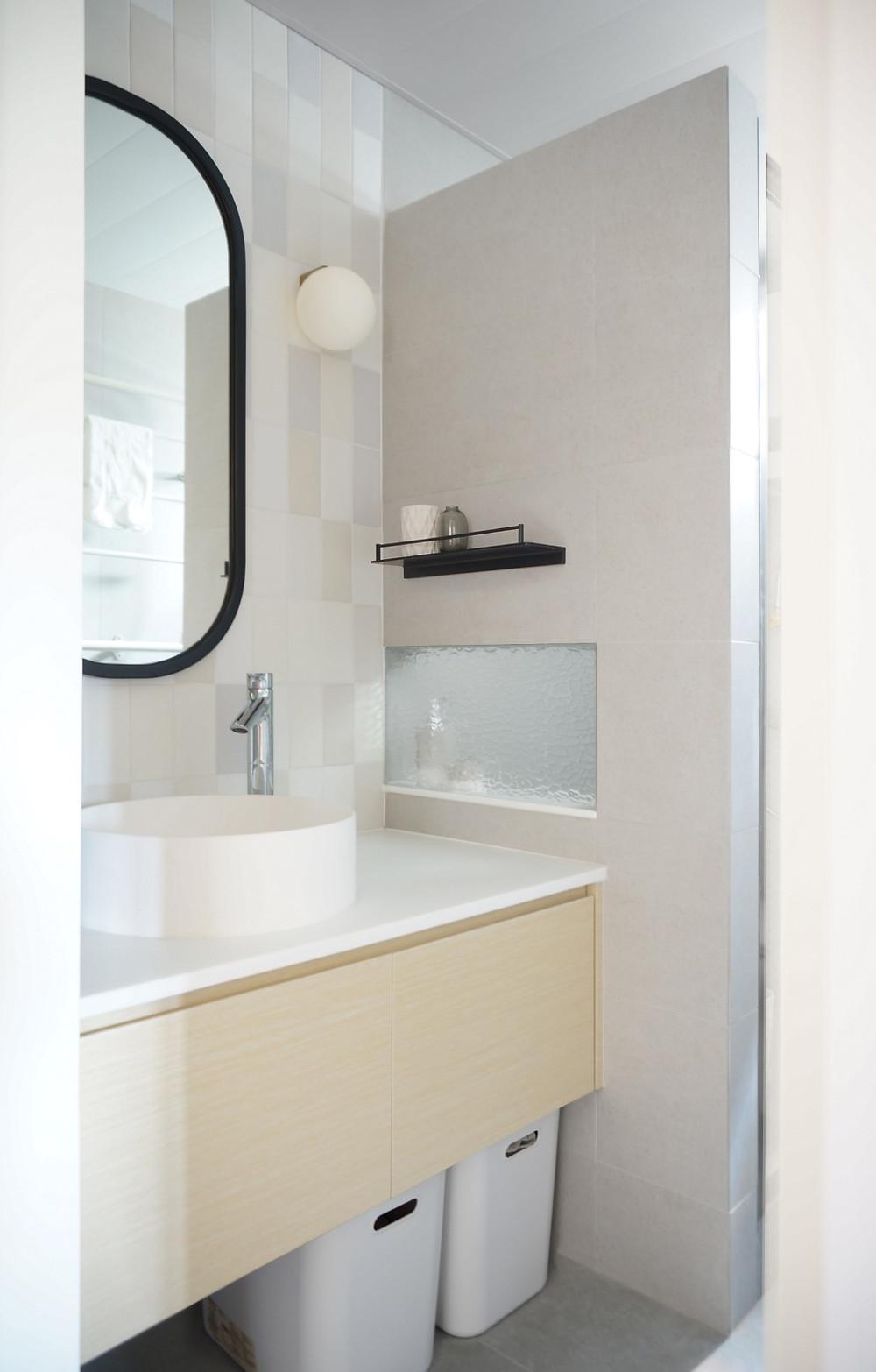 洗手盆下方預留空間擺放污衣籃
