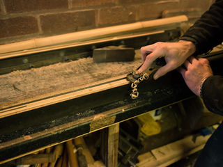 Hand, die eine Bambusfliegenrute planiert